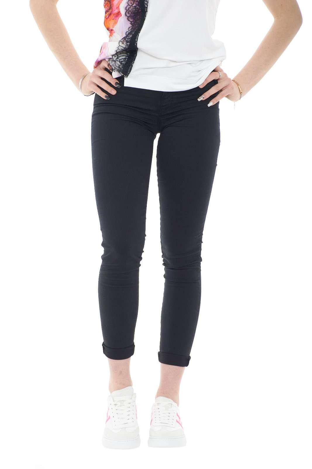 Un jeans in cotone morbido ed elegante, quello proposto dalla collezione Guess. Ideale da indossare per le occasioni di tutti i giorni o nelle giornate lavorative per la sua comodità, Perfetto per la stagione estiva di questo 2021.