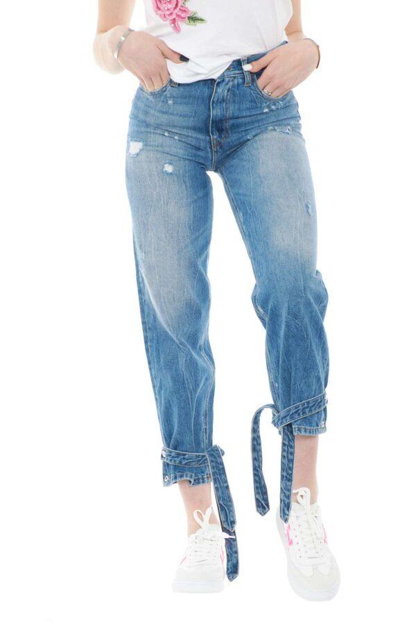 Un jeans con strappi, quello proposto dalla collezione Pinko. Da indossare in tutte le occasione con outfit sempre nuovi. Diventerà uno dei tuoi outfit preferiti.