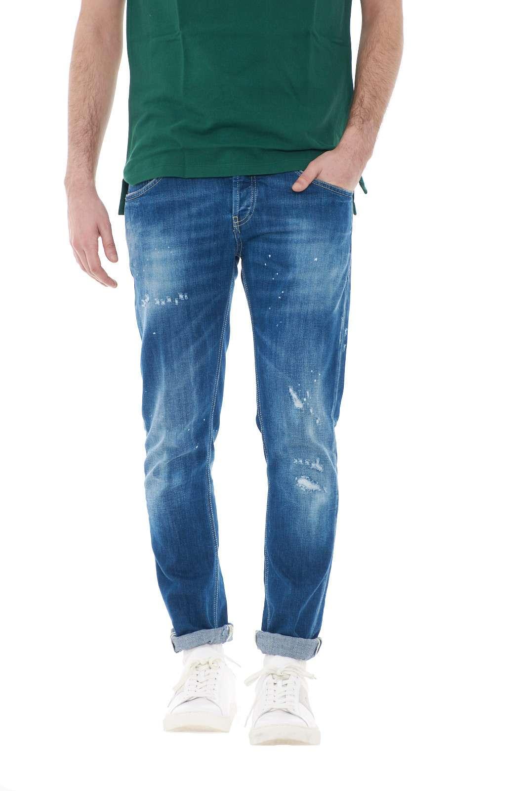 Un jeans dal tocco glamour quello proposto dalla collezione uomo Dondup.  Il modello Mius con effetto used conquista con il suo tocco casual caratterizzato da lievi strappi u un effetto schizzi di vernice.  Un essential della moda uomo per i caratteri più trendy.