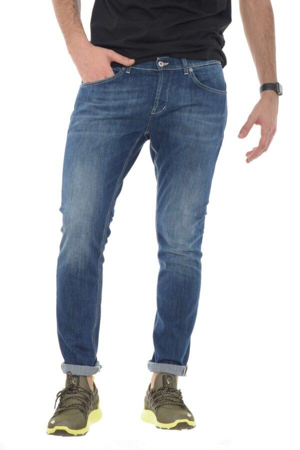 Un jeans skinny il George quello firmato dalla collezione uomo Dondup. Da indossare con una T shirt o con una maglia è un capo essenziale ed iconico. Caratterizzato dalla vita basta e dal lavaggio dall'effetto used è versatile e con una linea pulita inimitabile.