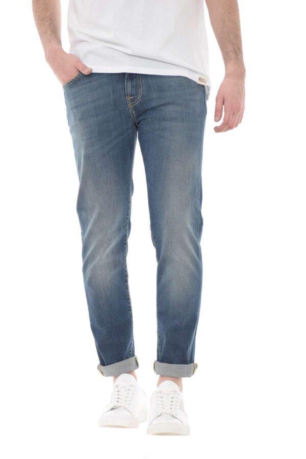 Lo storico jeans Carlin firmato Roy Roger's si presenta con dettagli unici grazie al modello Special. Il lavaggio medio e leggermente used è impreziosito da cuciture in contrasto di colore fashion e versatili. Da indossare con outfit cool si adatta sia ad una giacca che a maglioncini minimal.