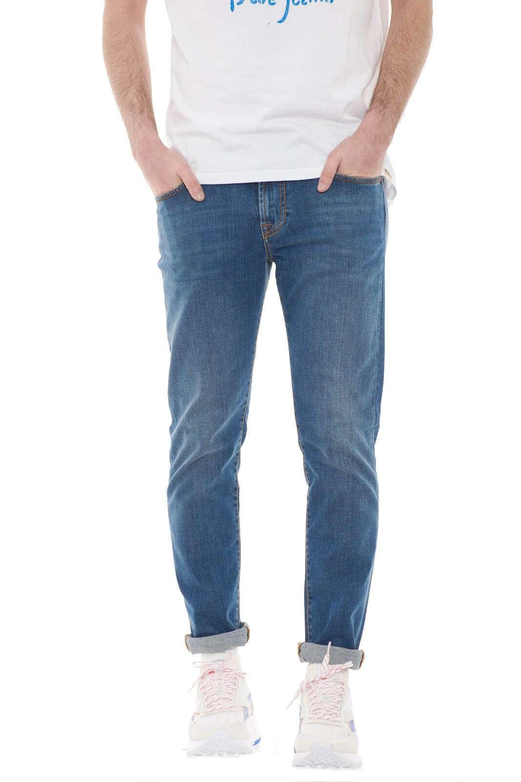 Un jeans icona della moda uomo, il Weared 10 firmato dalla collezione Roy Roger's è un capo essenziale e glamour. Da indossare con ogni look conquista con il suo lavaggio e la sua linea minimal. Con una camicia in lino o con una giacca identifica un look sofisticato e quotidiano.