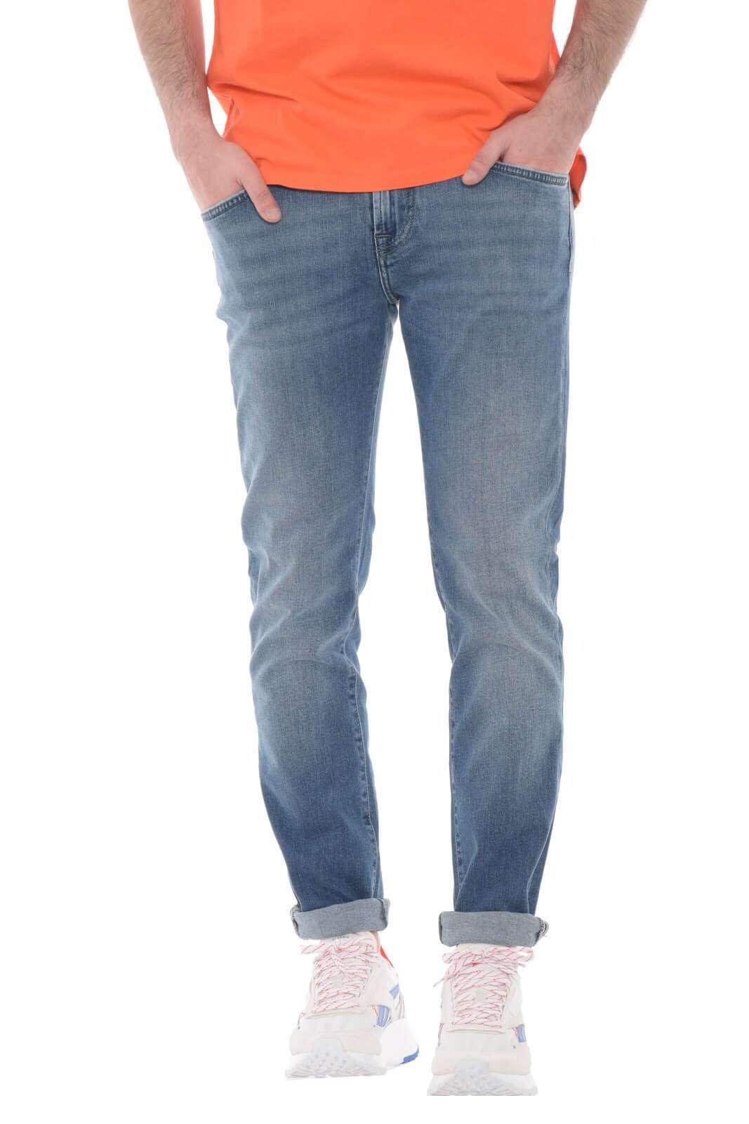 Glamour e versatile, il modello Falanghina proposto per la collezione jeans uomo Roy Roger's unisce tutti gli stili. La vestibilità slim fit su lavaggio medio e pulito li rendono un'icona del fashion per rendere unico ogni look. Da indossare con una T shirt o una giacca per un party, sono un classico senza tempo.