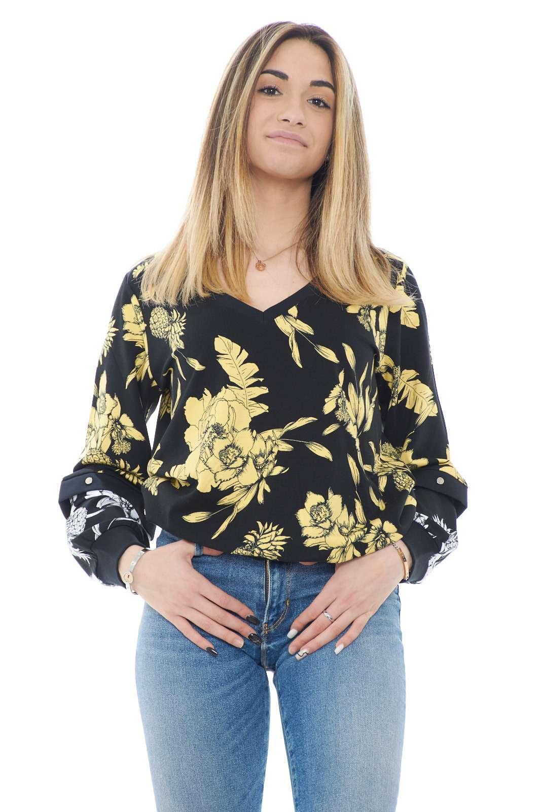 Una felpa versatile quella proposta dalla new collection donna Liu Jo. La manica parzialmente removibile la rende indossabile anche nelle giornate estive per mantenere uno stile glamour e casual. Un essential della moda donna per gli outfit quotidiani.