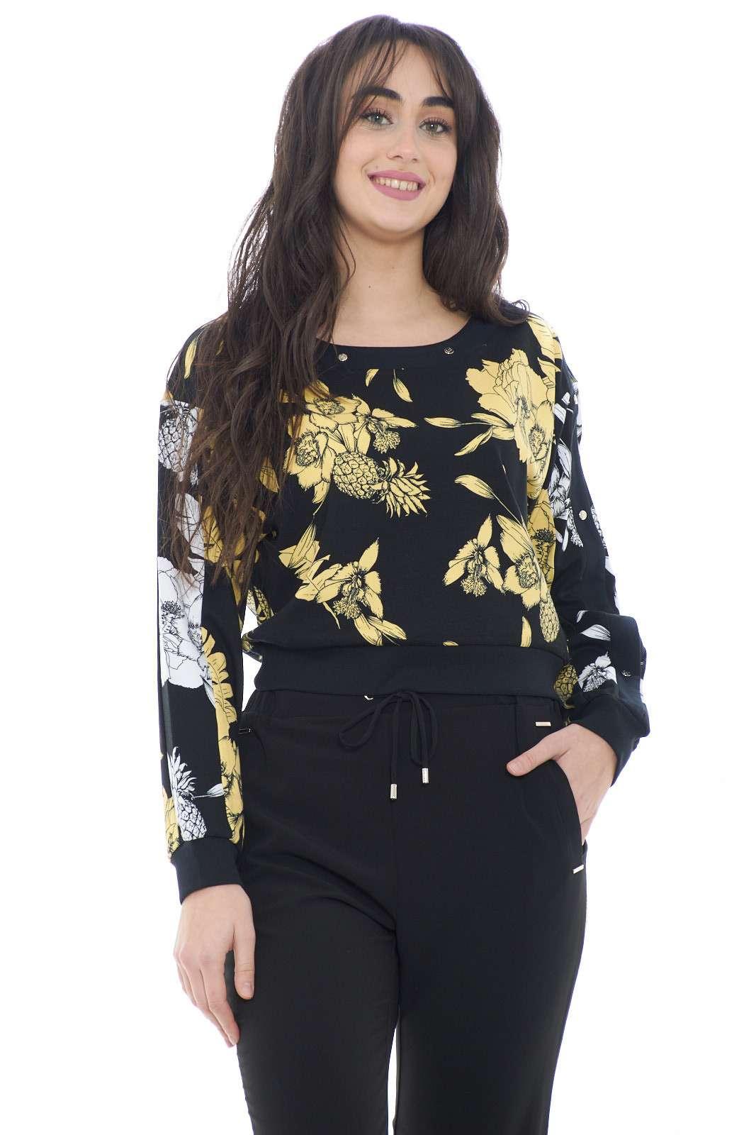 Lasciati conquistare dalla nuova felpa donna proposta dalla new collection Liu Jo.  La delicata fantasia floreale la rende perfetta sia con un jeans che con un pantalone sportivo.  Un capo essenziale caratterizzato dai bottoni a pressione con borchie a logo della maison.