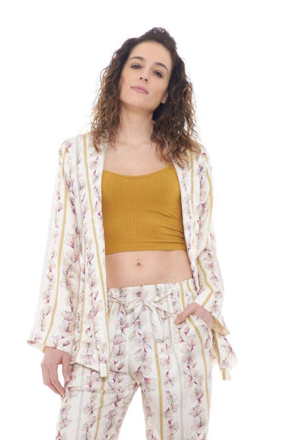 Una giacca diversa da solito, quella proposta da Forte Forte, pensata per la donna che ama sorprendere. Il modello kimono, si presenta senza allacciature, con una fusciacca abbinata che consentirà di cambiare il look del capo in qualsiasi momento.