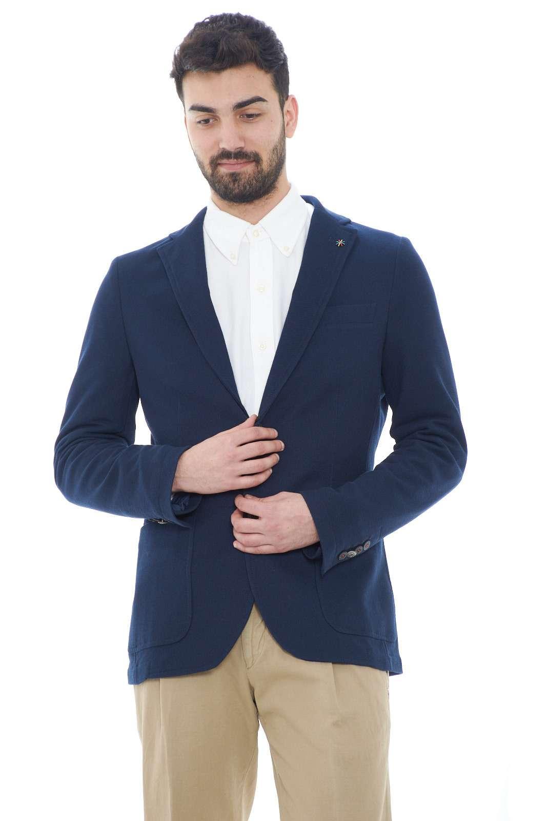 Un evergreen la giacca uomo in tessuto pique quella firmata dalla collezione uomo Manuel Ritz. La linea slim e il colore tinta unita è resa unica dal collo rever e dal doppio spacco sul retro. Da indossare con un pantalone taglio chino o con un jeans si adatta con stile ad ogni look.