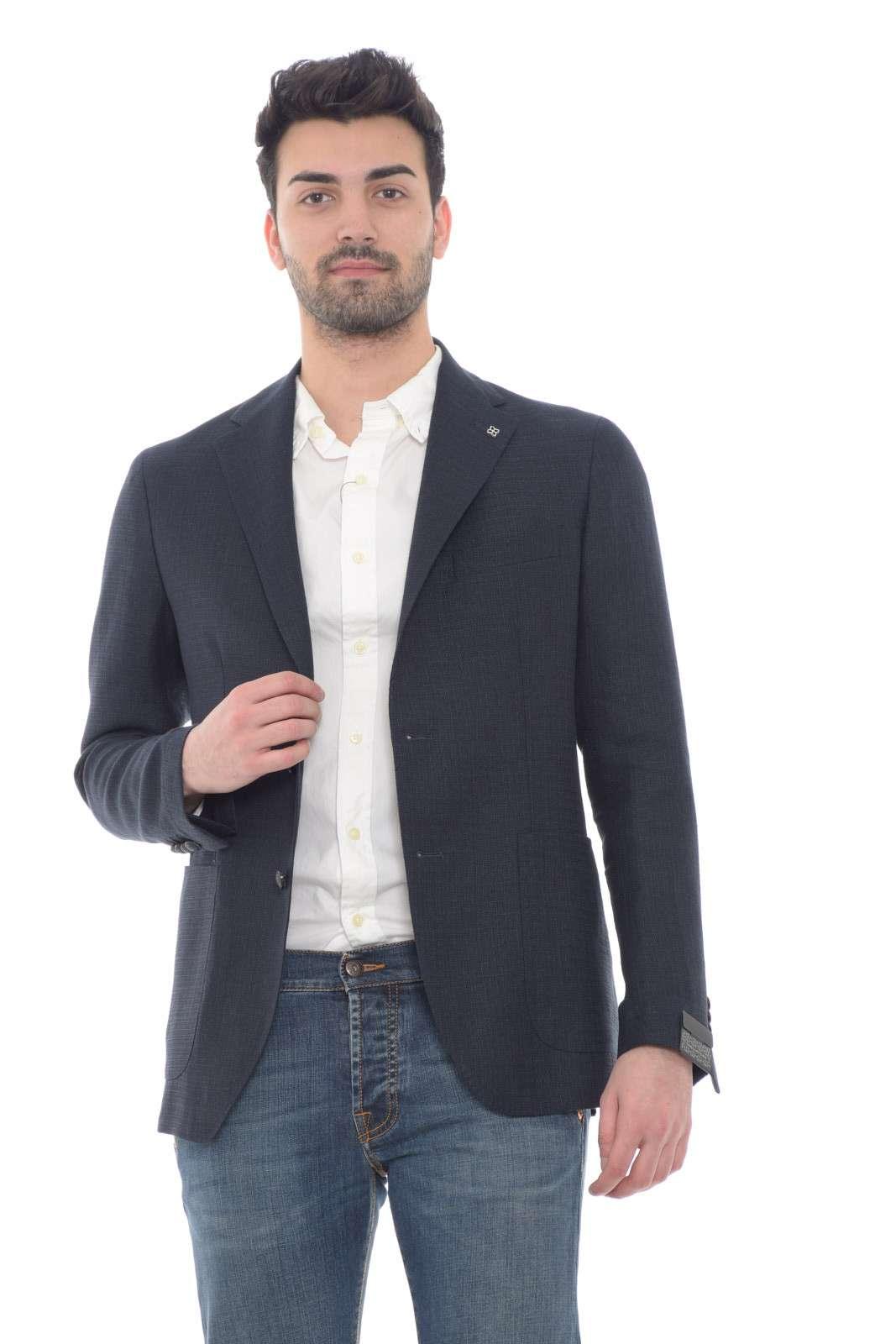 Lasciati affascinare dalla nuova giacca uomo proposta dalla collection primavera estate Tagliatore. Un pregiato tessuto in misto lana e lino dalla vestibilità slim da abbinare con un pantalone dal tglio chino o con un jeans per sdrammatizzare il look. Un capo evergreeen raffinato e versatile.