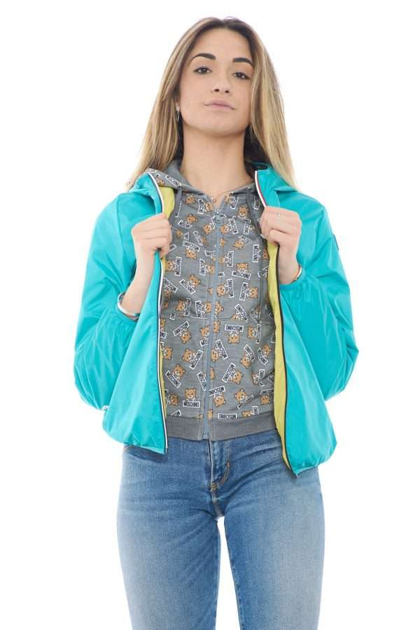 Un giubbotto antipioggia dal gusto unico quello firmato dalla collezione Invicta. Un capo versatile e dai colori fashion da abbinare alle piovose giornate primaverili. Un essential della moda quotidiana per unire gusto e comodità.