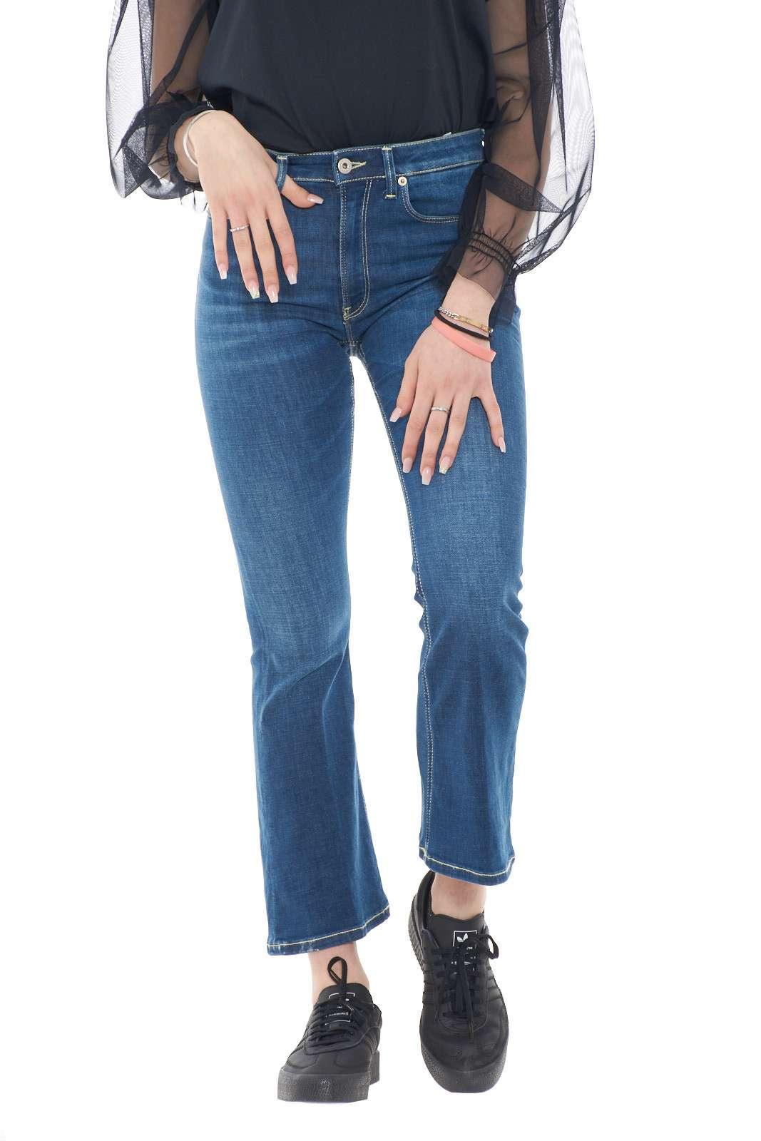 Un modello bootcut il Many proposto per la collezione donna Dondup. La vita alta e lo skinny fit ne esaltanola comodità, mentre la lunghezza sopra la caviglia dona quel tocco glamour. Perfetti da indossare sia nelle occasioni formali che non conquistano per la loro linea pulità e vestibilità.