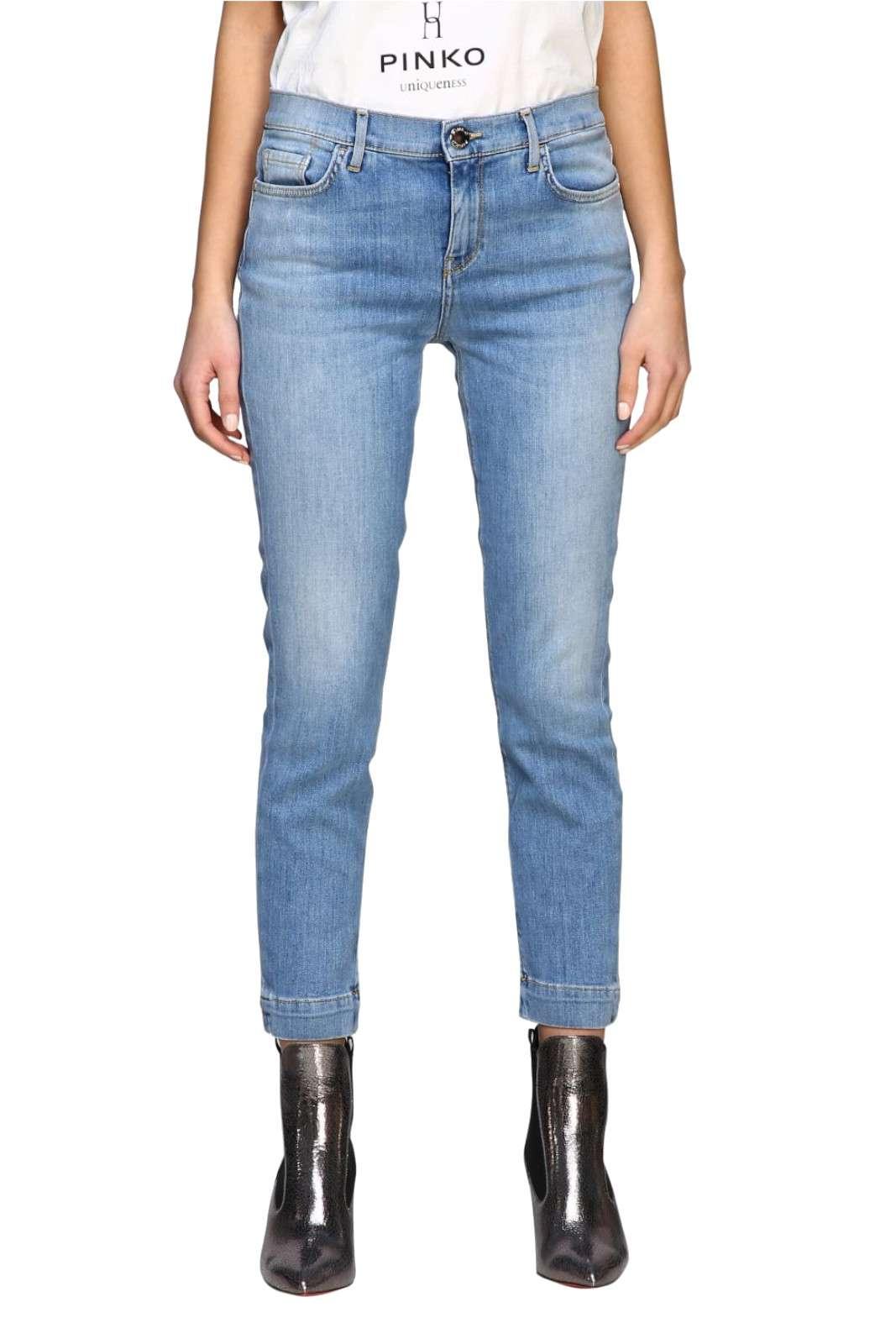 Un jeans semplice e comodo, quello proposto dalla collezione Pinko. Un modello da abbinare ai look fashion, si può proporre sia con cappotto e sneakers che con giubbino di pelle. Il massimo della versatilità per rendere perfetto ogni outfit.