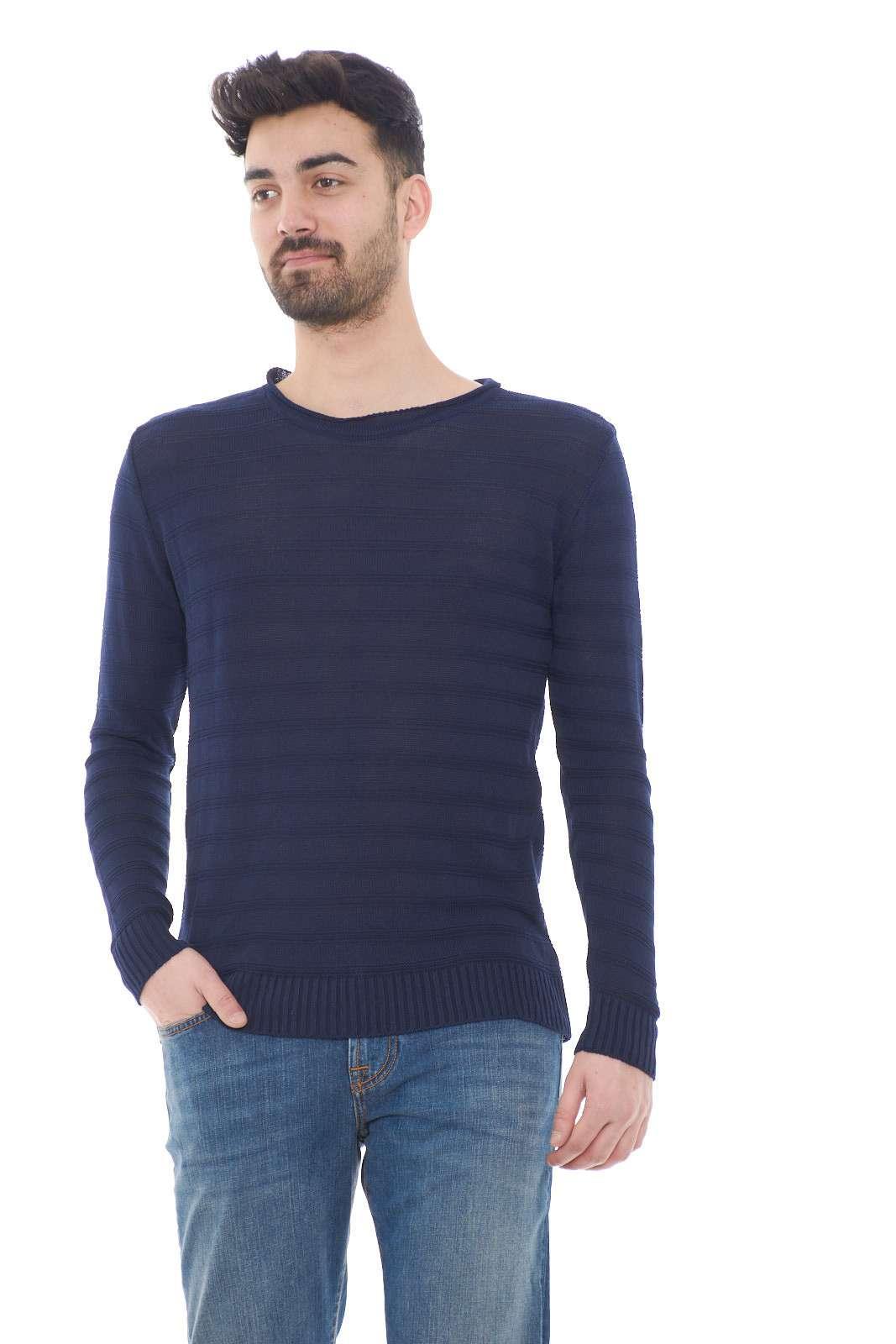 Una maglia con lavorazione rigata, quella firmata Adriano Langella. La fantasia rigata la rende più elegante dalle altre maglie. Da abbinare ad un jeans o un pantalone è un must have.