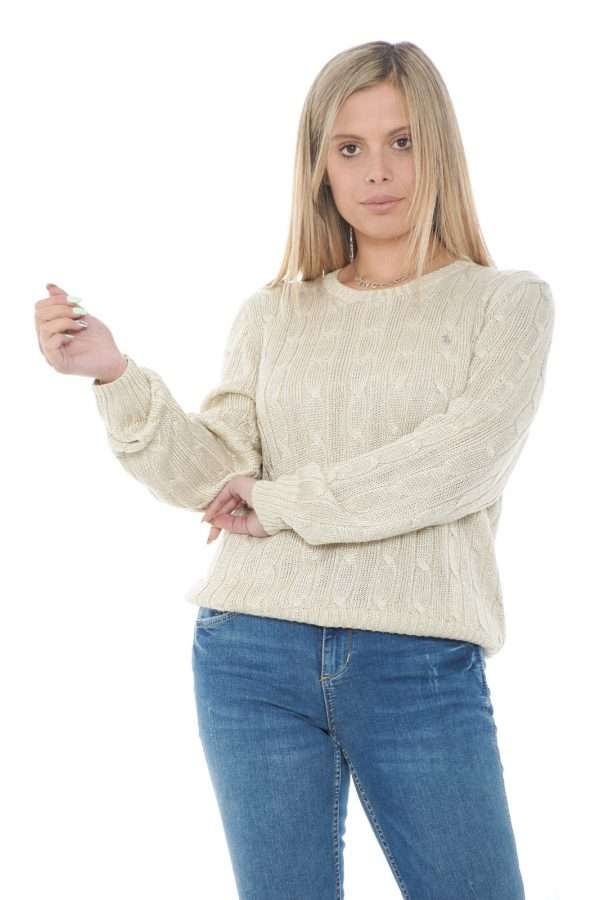 Una maglia unica quella firmata Polo Ralph Lauren. Caratterizzata dalla lavorazione a trecce e dal tessuto metallico che la rende molto femminile. Confortevole e versatile è un evergreen.