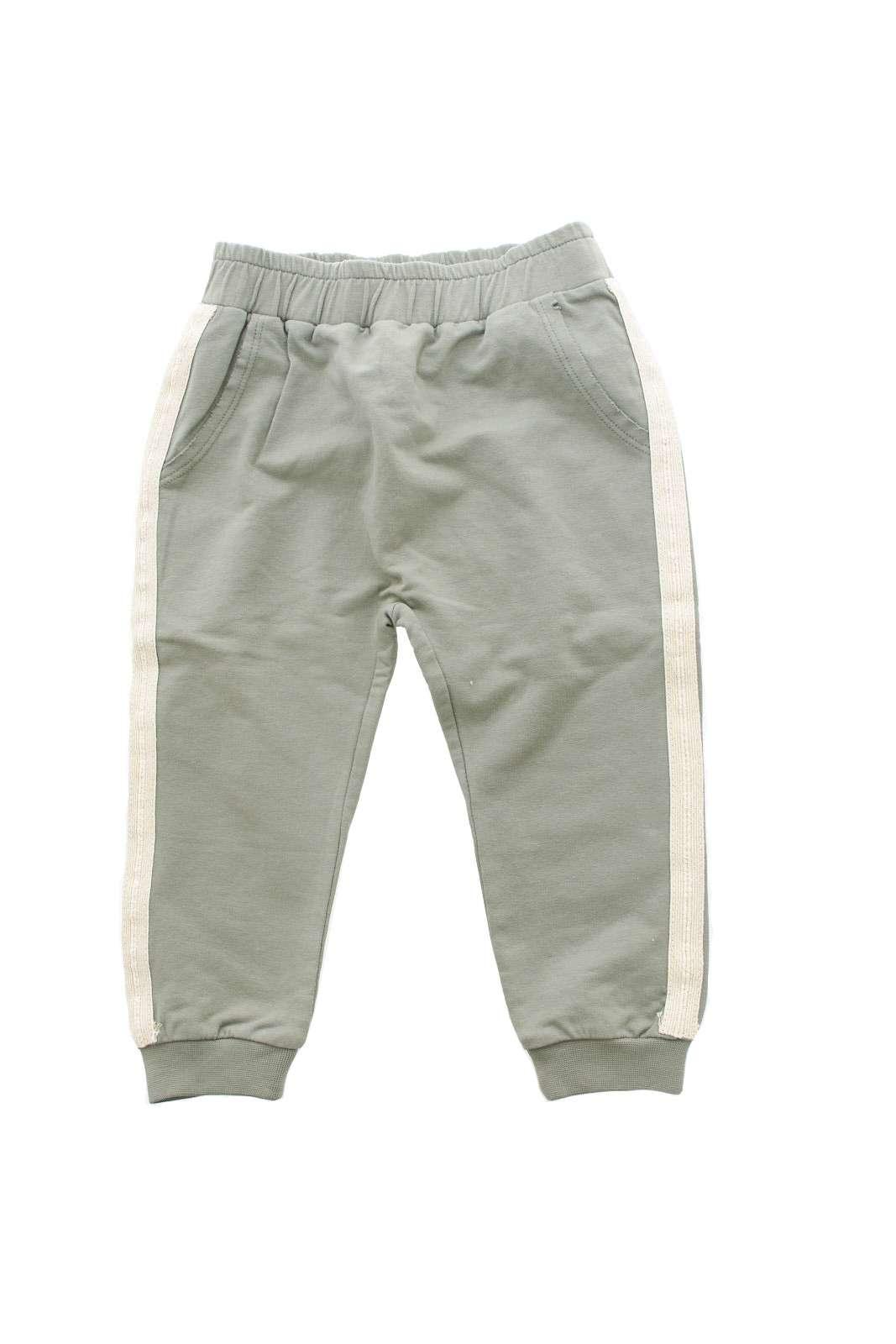 Un pantalone pensato per i più piccoli, quello proposto da Guess bambina.  Da indossare nella routine quotidiane o per uscire con la propria bambina.  Da abbinare con una felpa e una t shirt è un must have.