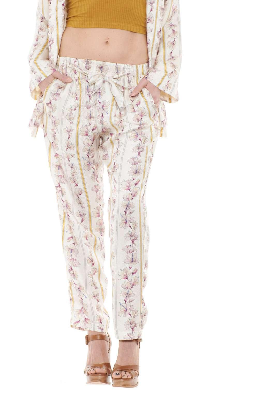 Un pantalone davvero unico, elegante e femminile, proposto da Forte Forte, per la donna che ama capi classici ed eleganti. Realizzato in un misto di seta e viscosa, risulterà fresco e morbido, per uno stile semplice e senza eccessi. Ideale da sfoggiare per cerimonie e party.
