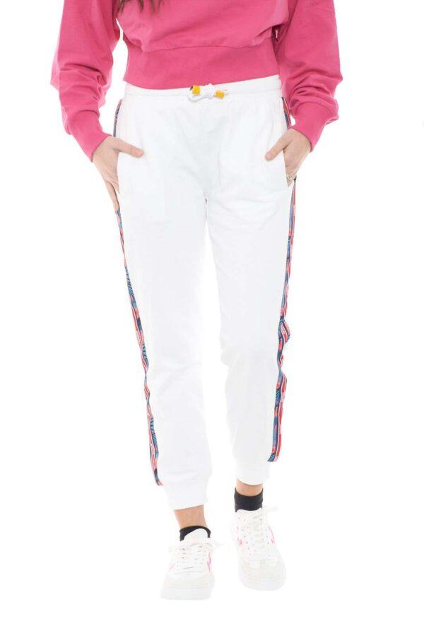 Un capo indispensabile per ogni guardaroba, il pantalone da jogging firmato Invicta è il capo per i look più quotidiani.  La vestibilità morbida è impreziosita dalla bande laterali a fantasia floreale e dal logo Invicta.  Un must have degli outfit sportivi.