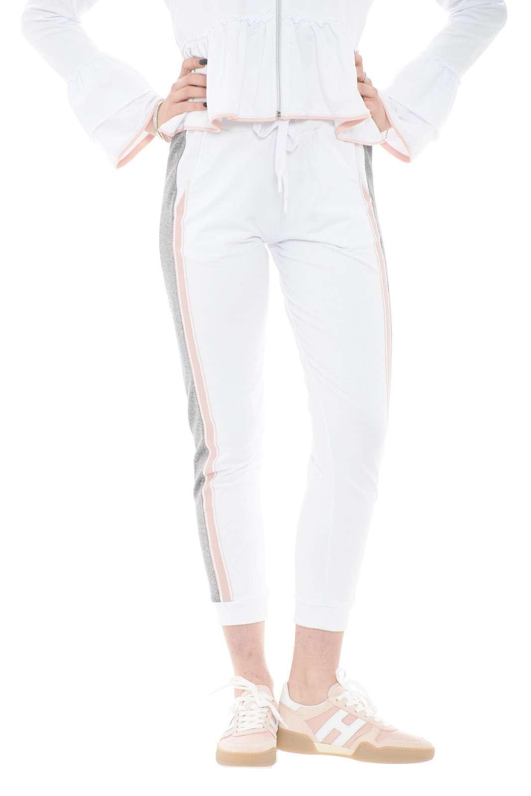 Una pantalone sportivo da indossare con i look più casual e quotidiani quelli proposti per la collezione donna Le Voliere. Da abbinare ad una T shirt ed una sneakers dai colori tenui per un effetto glamour. Divertiti con uno sportwear indimenticabile.