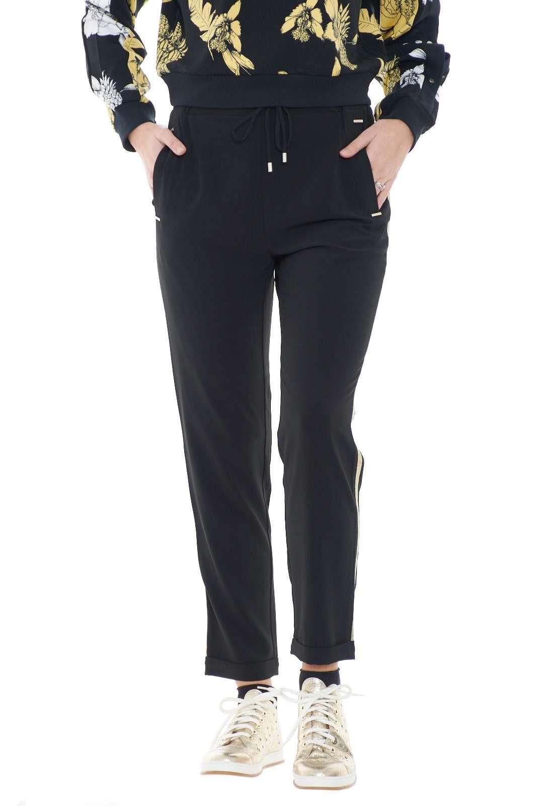 Un pantalone comodo e versatile quello firmato dalla collezione donna Liu Jo Sport. Una linea semplice impreziosita dalle bande laterali create con micro borchie e dai rivetti in contrasto alle tasche. Un essential della moda donna per i look più pratici.
