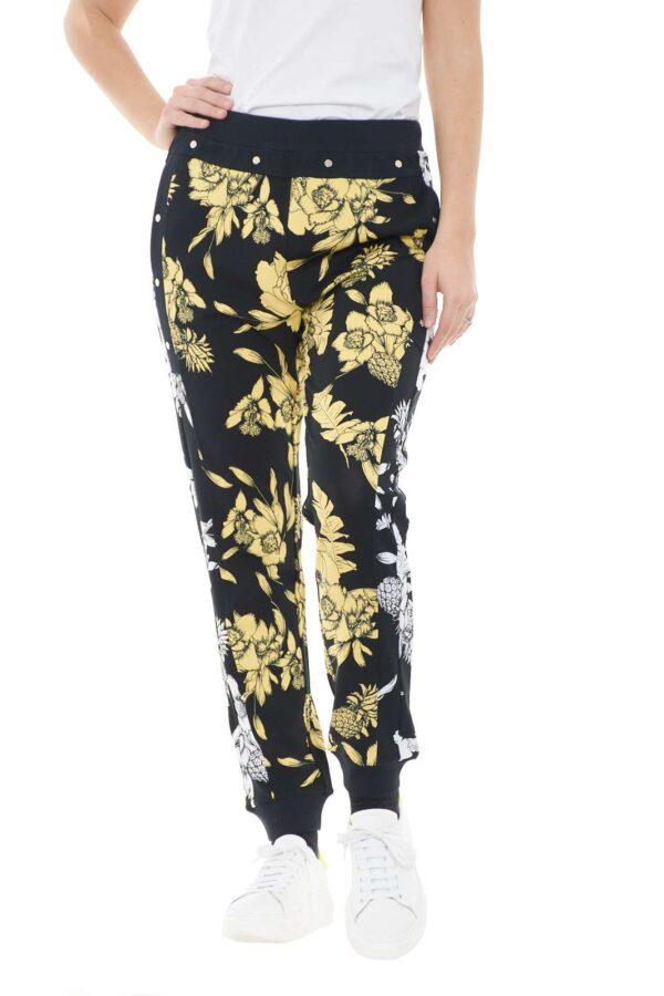 Uno stile inconfondibile per il nuovo pantalone sportivo firmato dalla collection donna Liu Jo Sport.  La fantasia floreale si impone con toni in contrasto per renderlo luminoso e iconico.  Dotato di polsi e vita elastica unisce il comfort al tocco cool.