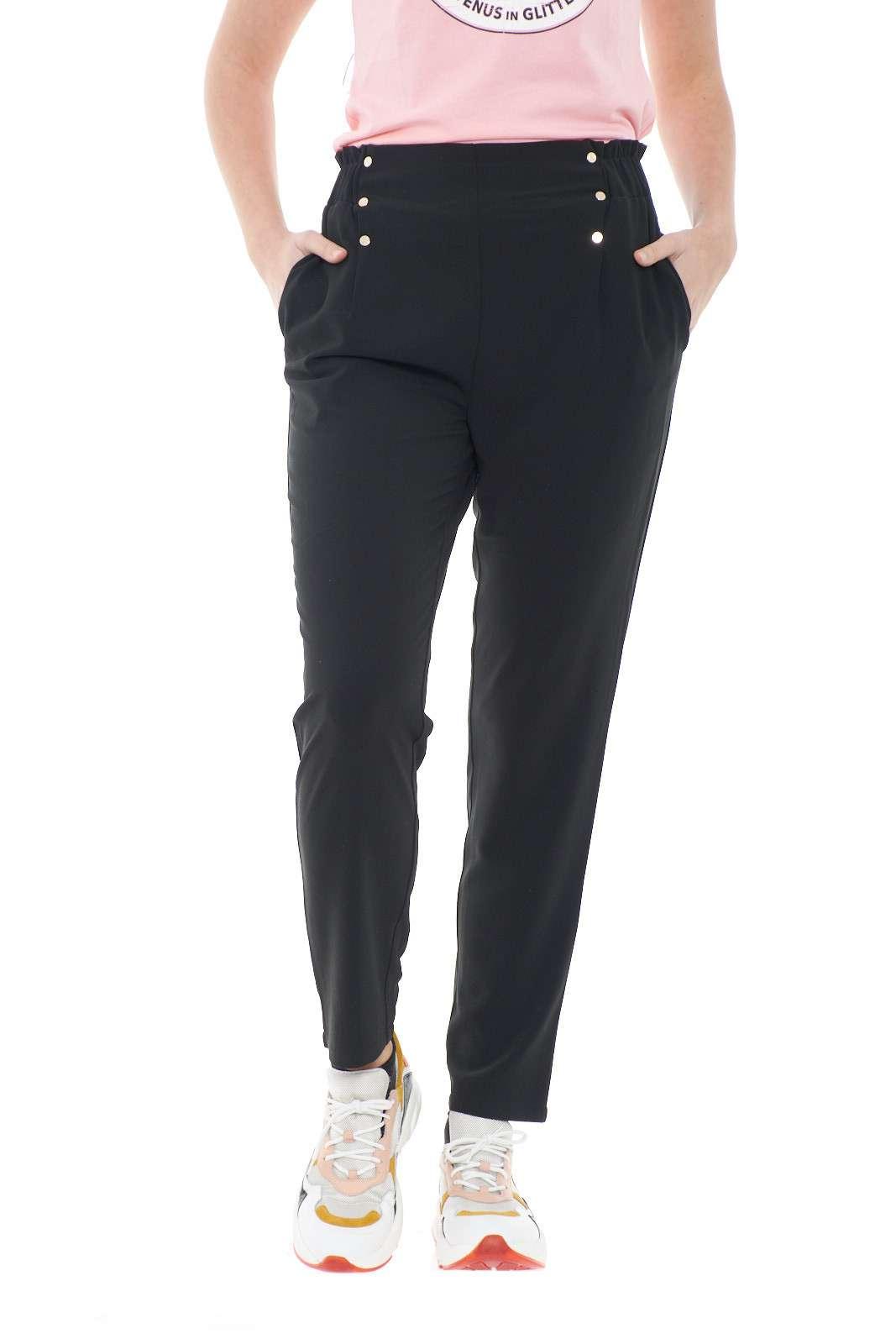 Un vero essential il pantalone proposto dalla collezione donna Liu Jo Sport. Caratterizzato dalla vita alta elastica, si impone per l'effetto arricciato sul retro. Le pinces sono definite con dei bottoni oro Light con il logo del brand per renderli unici e versatili.