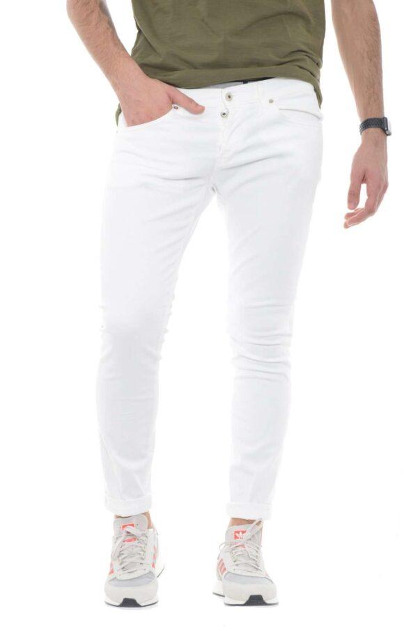 Scopri il nuovo jeans George in bull denim firmato dalla collezione uomo Dondup.  La linea puilita si impone su un modello skinny comodo e di tendenza.  Da indossare con T shirt o con una giacca, è perfetto per la calda stagione.