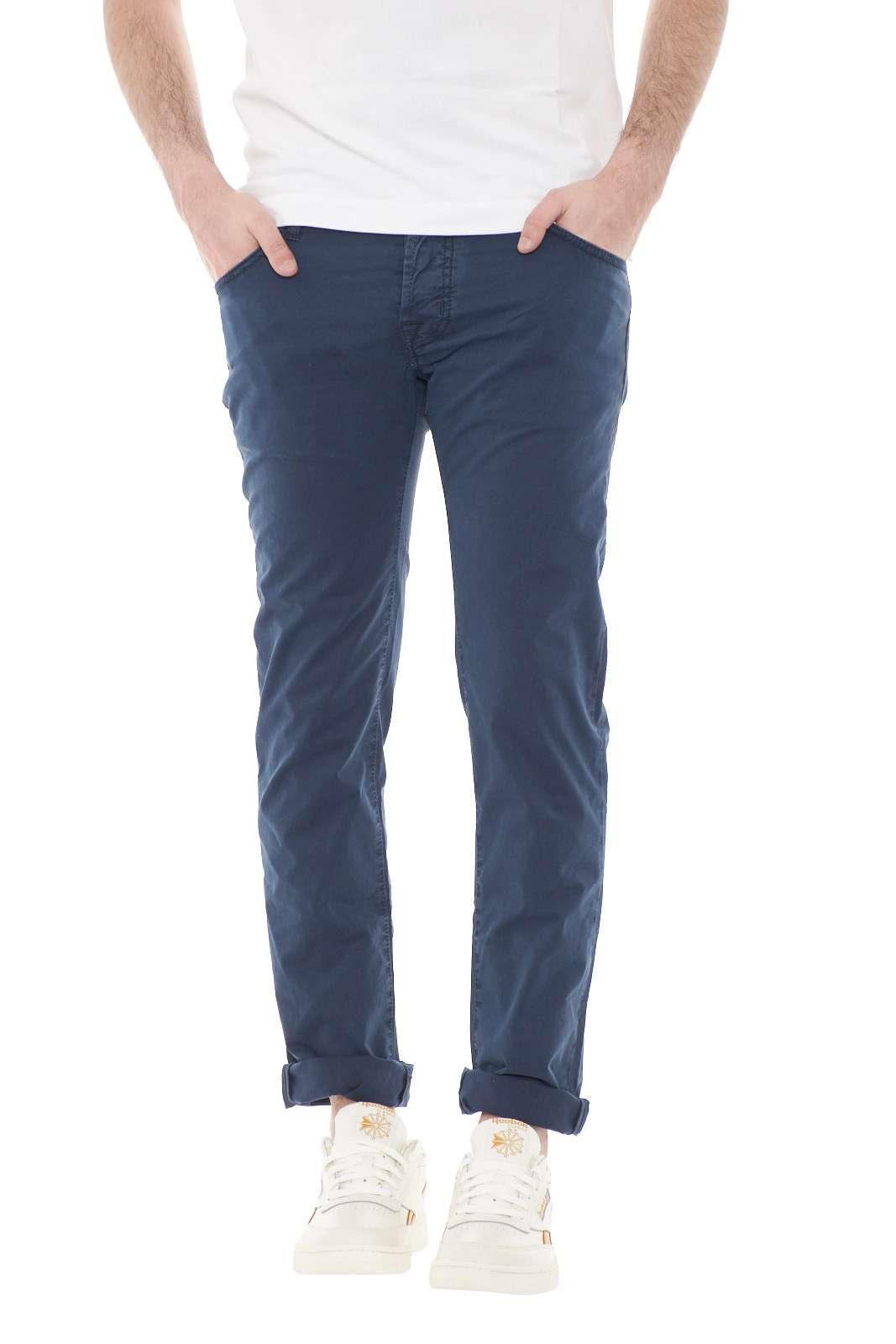 Un pantalone iconico quello proposto dalla collezione Jacob Cohen. Comodo, stiloso e pratico, diventerà indispensabile per i tuoi outfit, da quello più casual, a quello più curato ed elegante.