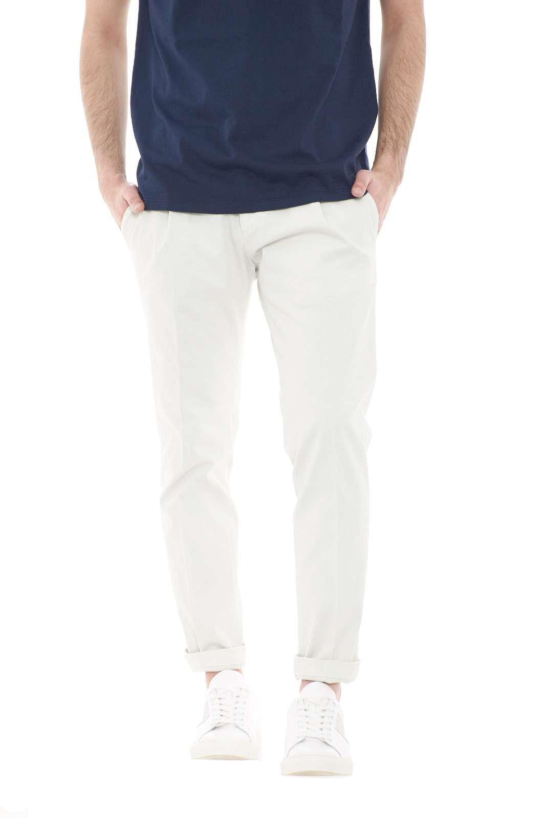 Scopri i nuovi pantaloni capri proposti dalla collezione donna Michael Coal. L'iconico tessuto in gabardina è perfetto per ogni look, tanto da rendere irresistibili anche gli outfit più street. Dalla camicia alla polo, scopri il look che più ti si addice.