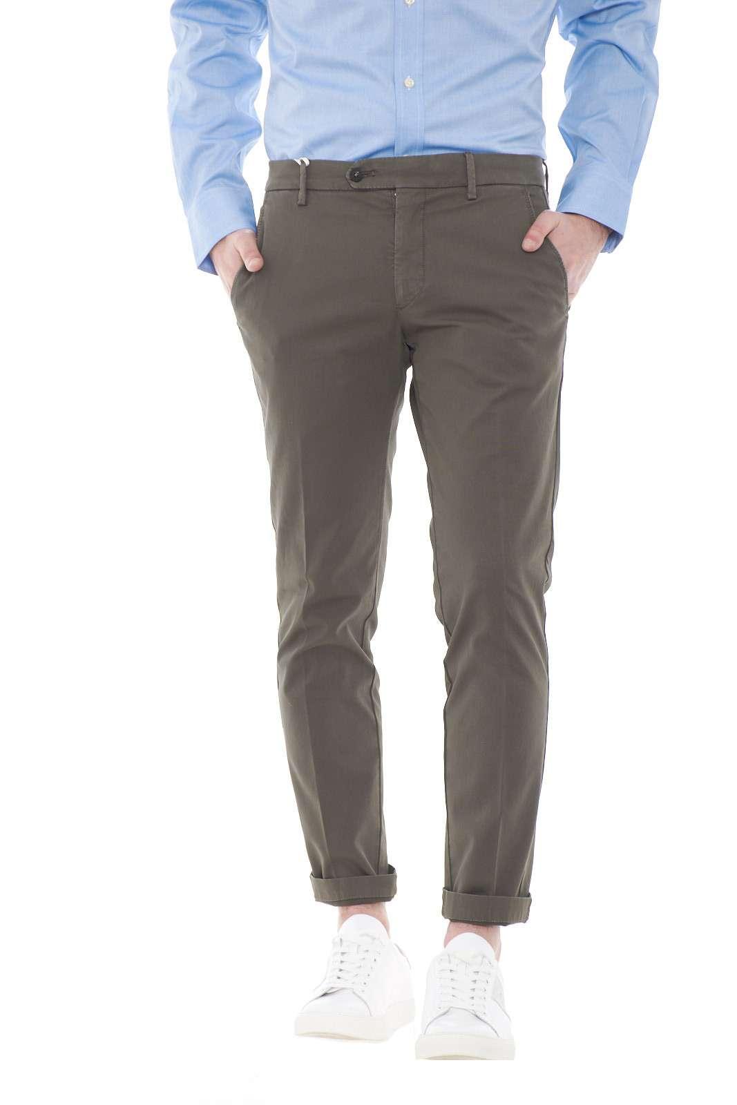 Lasciati conquistare dai nuovi pantaloni uomo modello Brad firmato dalla collezione uomo Michael Coal. Il meglio del Made in Italy per un pantalone facile e versatile. Il tessuto in gabardina di cotone slim fit esalta la figura per renderlo unico sia con una camicia che con una polo.