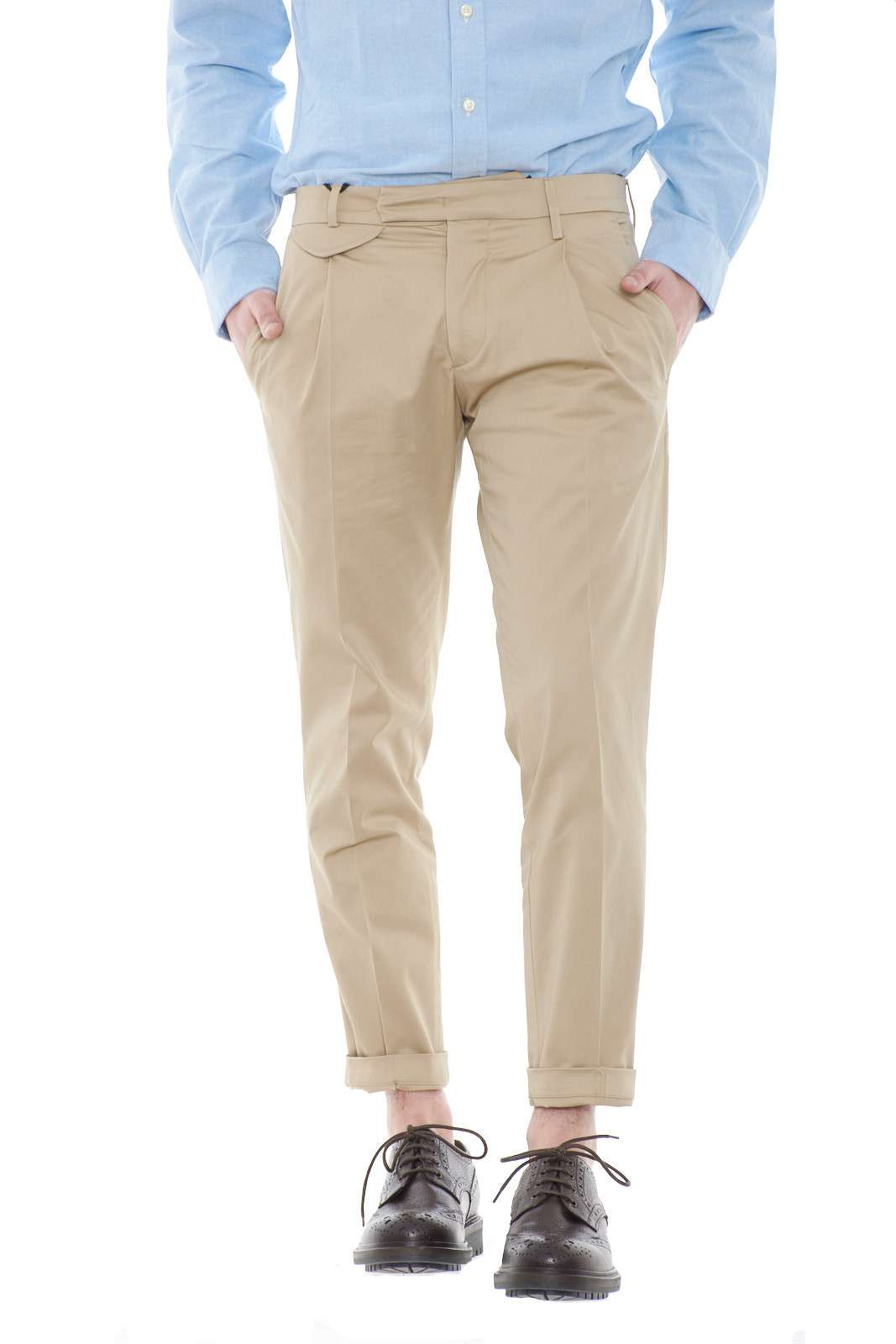 Un pantalone dallo stile casual chic quello firmato dalla new collection Michael Coal.  Caratterizzato dalle pinces e dal risvolto ai polsi è una soluzione per i look più formali.  Un evergreen della bella stagione per tutti gli stili.