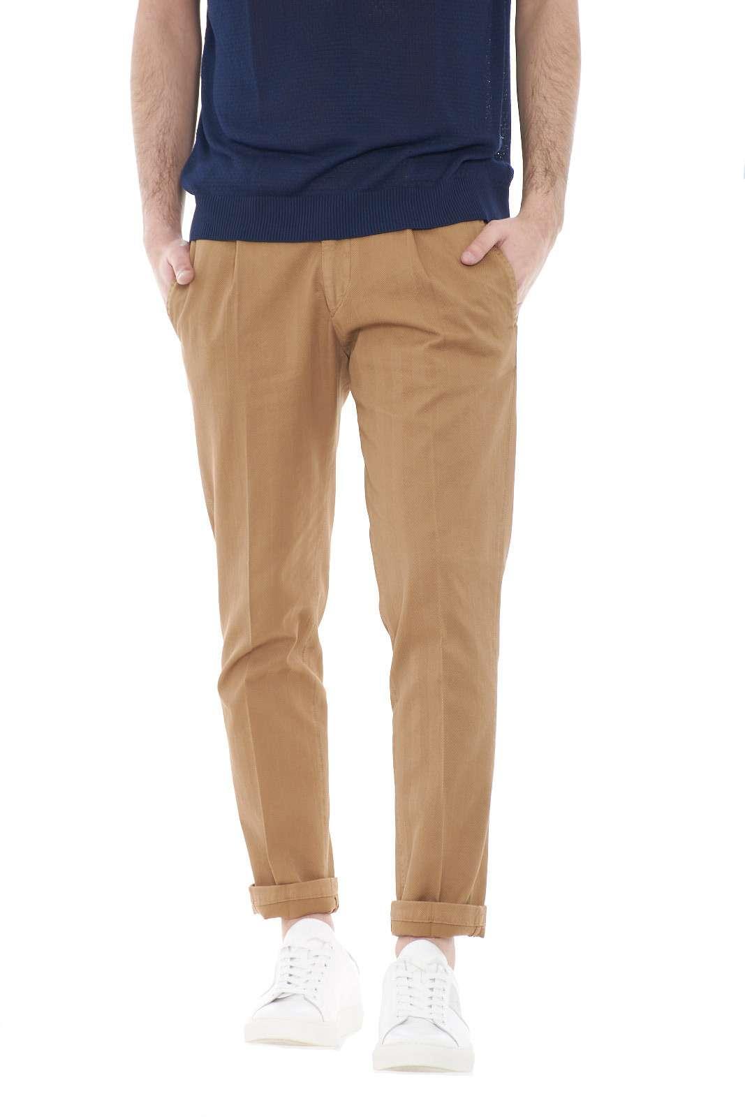 Scopri i nuovi pantaloni uomo proposti dalla collezione primavera estate di Michael Coal. Il modello capri si impone con le esclusive pinces e la lavorazione ad effetto rigato. Perfetto da indossare con una camicia o con una polo, è un capo senza tempo.