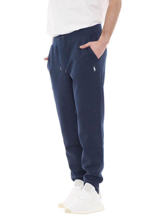 Iconico il pantalone da jogging della linea performance proposto dalla new collection Polo Ralph Lauren