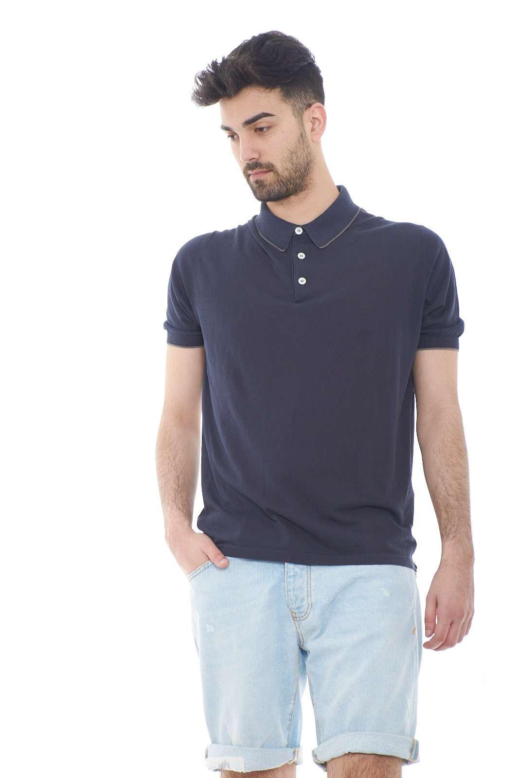 Una polo firmata Eleventy, con un look classico e casual. Da indossare in ogni occasione, grazie alla sua praticità e leggerezza. Da abbinare ad un jeans o un bermuda è perfetto.