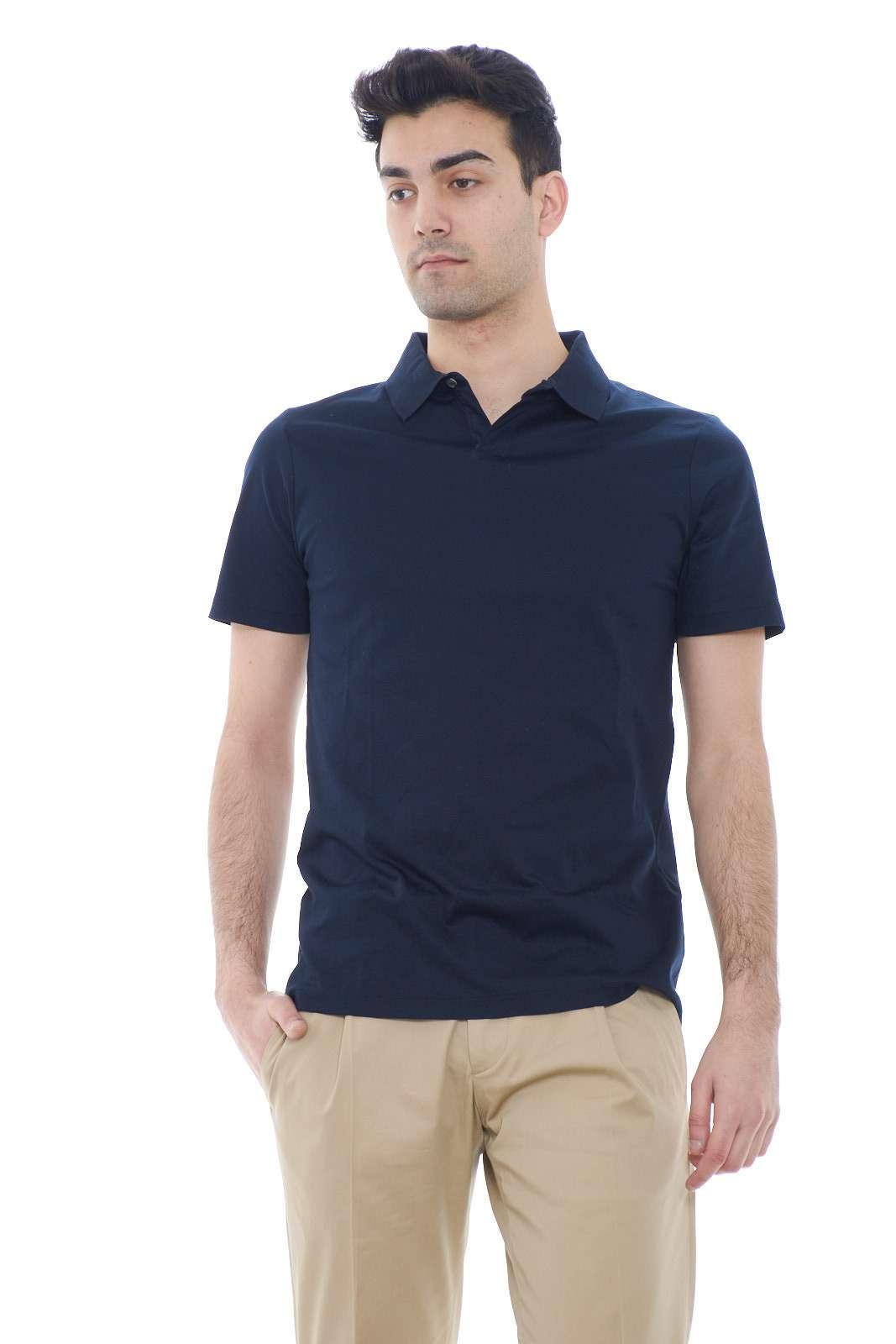 Una polo estiva semplice e versatile, quella proposta da Gazzarrini, ideale per l'uomo che ama indossare outfit basic ma curati.  Facile per abbinamenti poco elaborati, come con jeans o pantaloni, ma dall'aspetto sempre trendy.