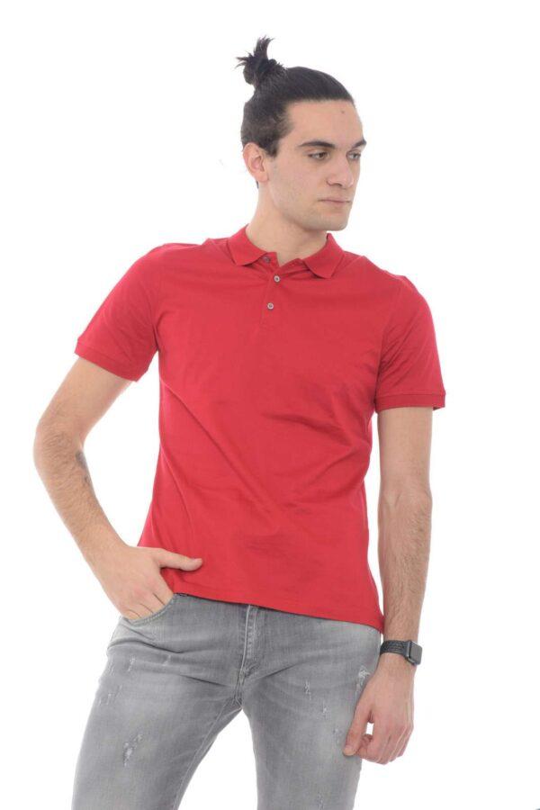 Una polo classica e semplice, proposta per i tuoi outfit più casual e informali.  Ideale per outfit quotidiani, poco elaborati, ma che garantiranno comunque un total look curato e impeccabile.