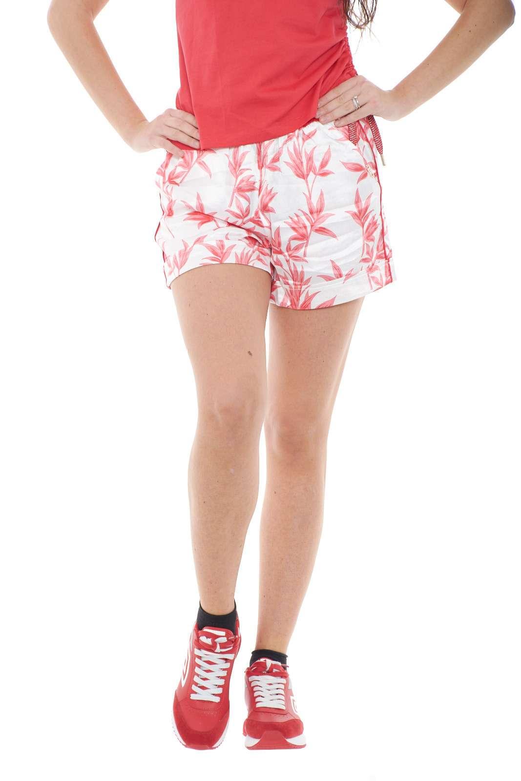 Morbidi e versatili, i nuovi pantaloncini corti proposti dalla collection donna Liu Jo Sport sono pensati per i look più quotidiani.  Il morbido tessuto fluido li rende confortevoli e femminili per rendere iconico anche il look più semplice.  Si indossa sia con una sneacker chunky che con una ciabattina per rendere uniche le calde giornate estive.