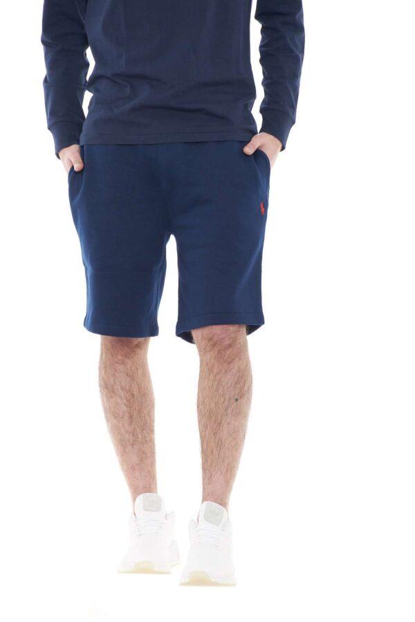 Il capo per eccellenza della stagione primavera estate il bermuda firmato per la collezione uomo Polo Ralph Lauren.  Da indossare sia con una felpa che con una T shirt si impone nel panorama dei look più quotidiani.
