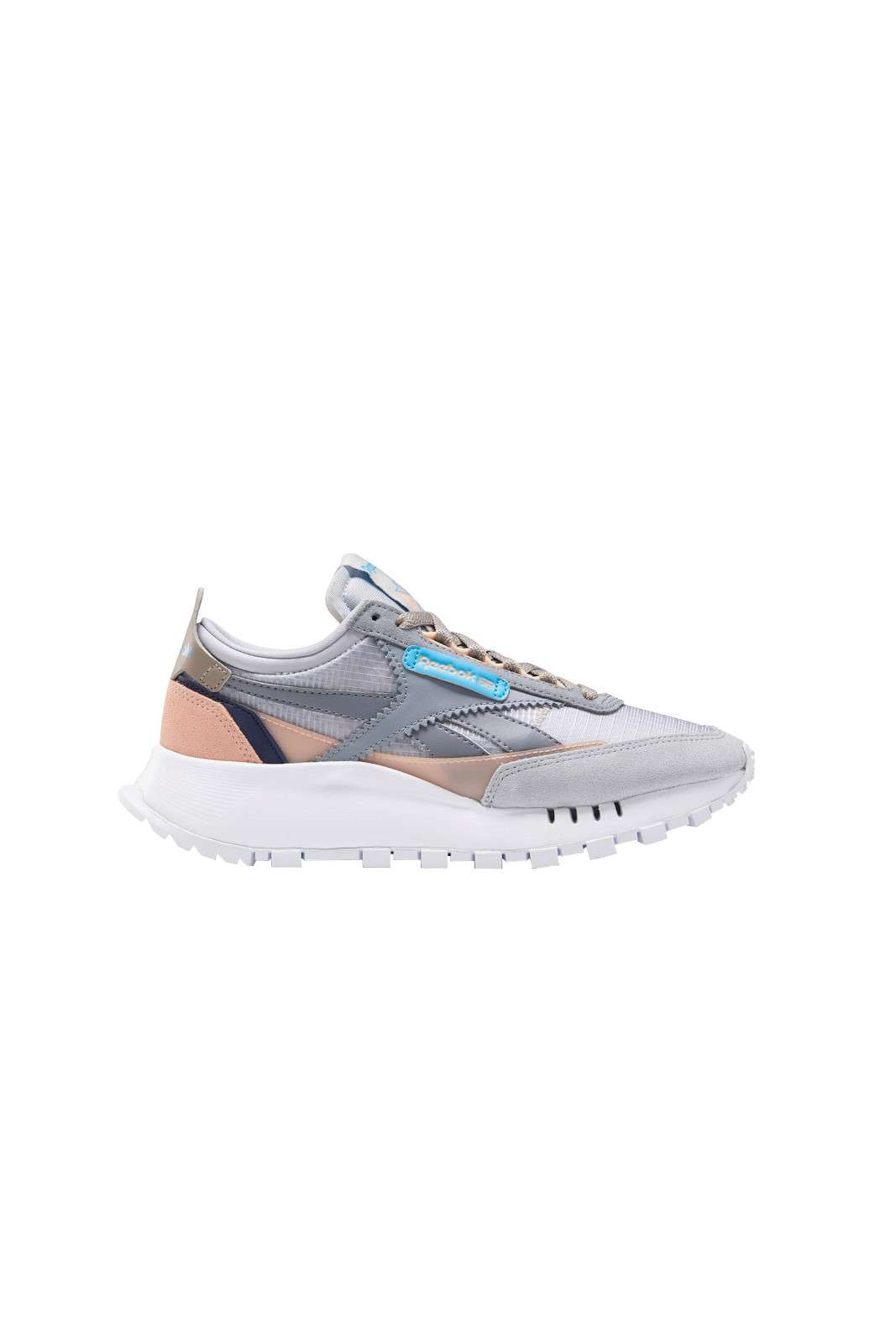 Contemporanea e glamour, la nuova sneaker proposta dalla collezione donna Reebok. Il modello chunky si presenta colorato e versatile, da abbinare con look da street style o con uno spirito jogging sono un'alternativa agli outfit più basic.