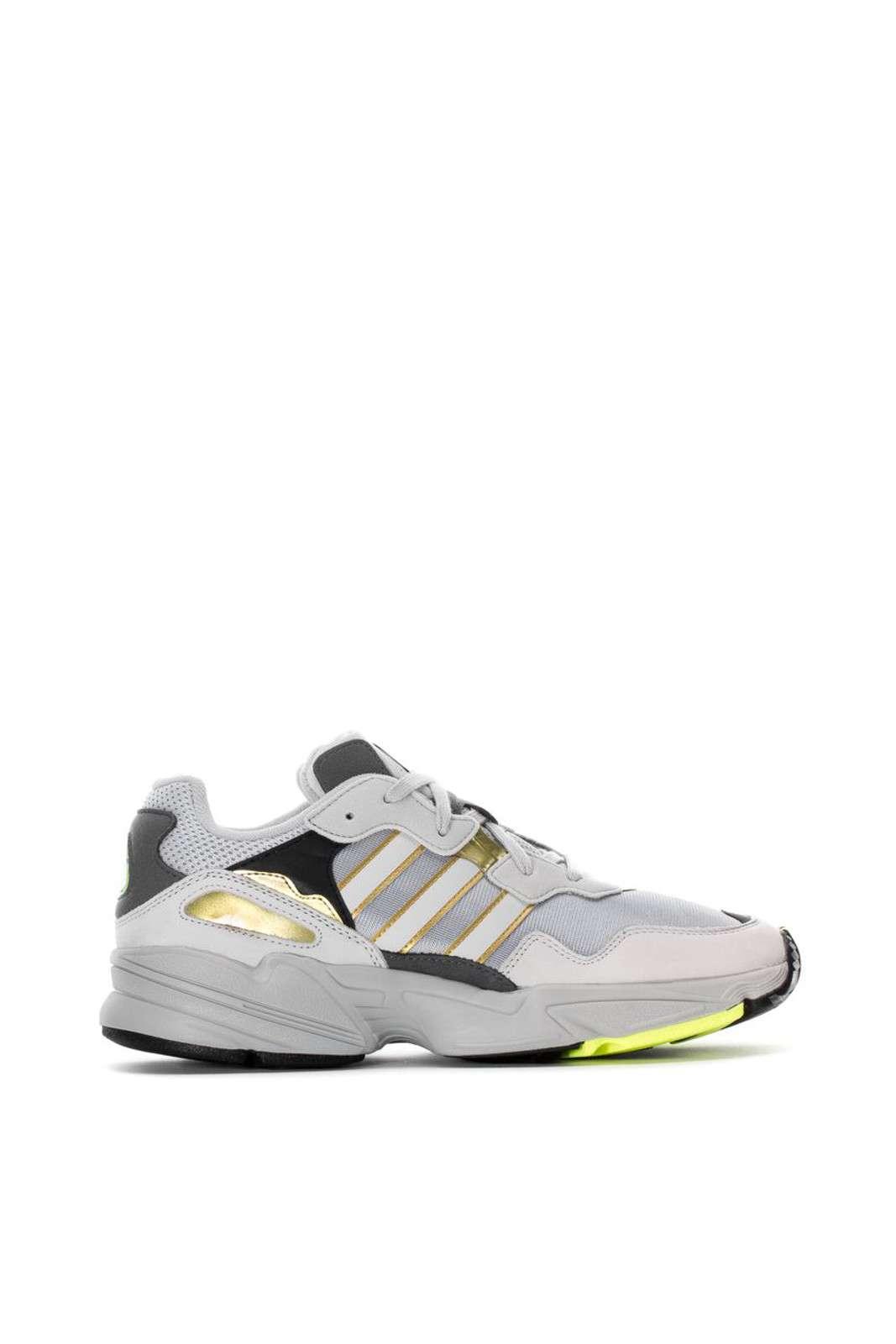 Una sneaker dal look retrò e iconico, l'Adidas YOUNG 96. Per l'uomo che ama calzature semplici, ma curate, da indossare per outfit quotidiani e casual.