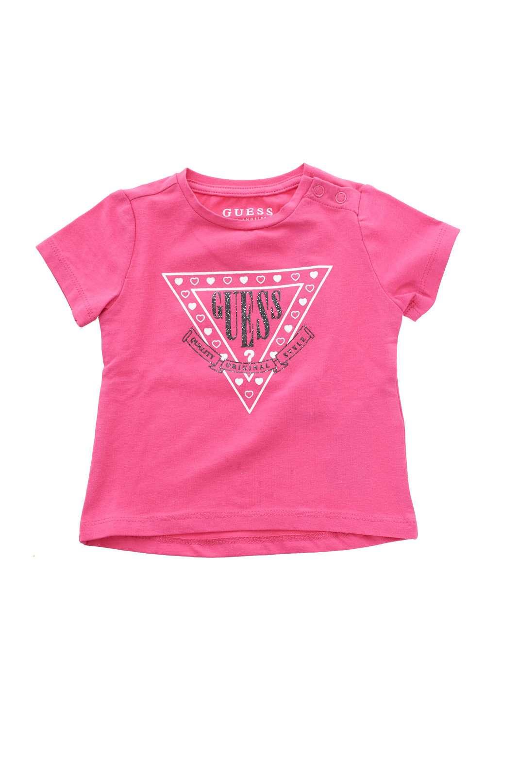 Una t shirt elegante e delicata quella firmata Guess bambina.  La stampa con il logo, è abbellita con dei glitter, per la gioia delle bambine,  rendendo ogni look più glamour.