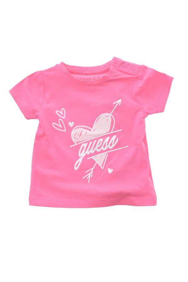 Una t shirt iconica quella proposta da Guess, per le bambine. Con la chiusura a bottoni sulla spalla si diversifica da tutte le altre t shirt, la renderà parte di uno degli outfit preferiti per la tua bambina.