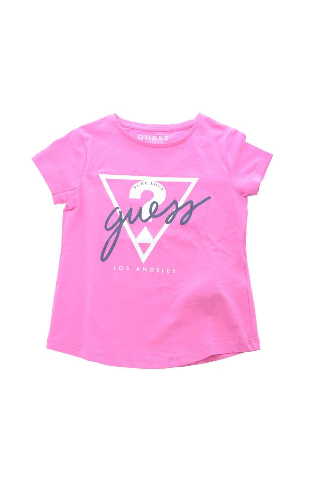 Un essential la t shirt proposta da Guess, per i più piccoli.  Da indossare nella routine quotidiana, per dare un tocco di stile al tuo look.  Da abbinare ad un jeans o un pantalone è un must have.