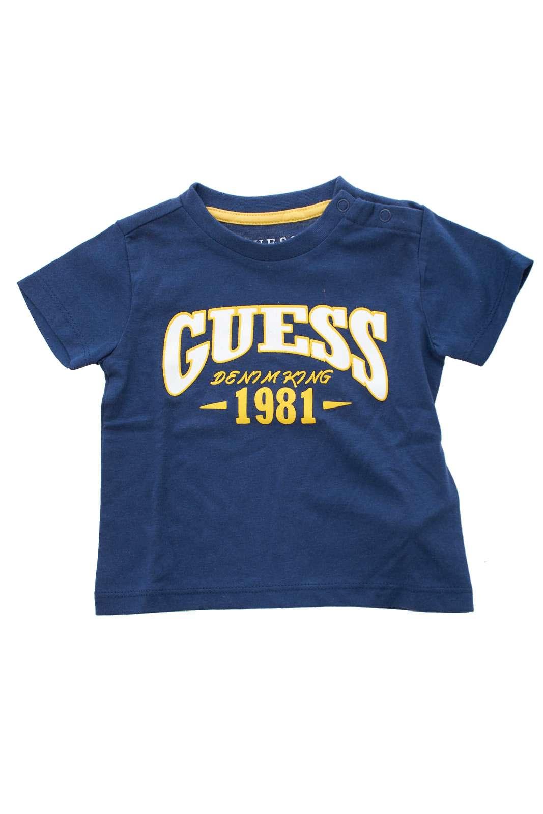 Una t-shirt sportiva e attuale firmata Guess.  Ideale per outfit sportivi e casual, per un look da tutti i giorni ricco di stile.