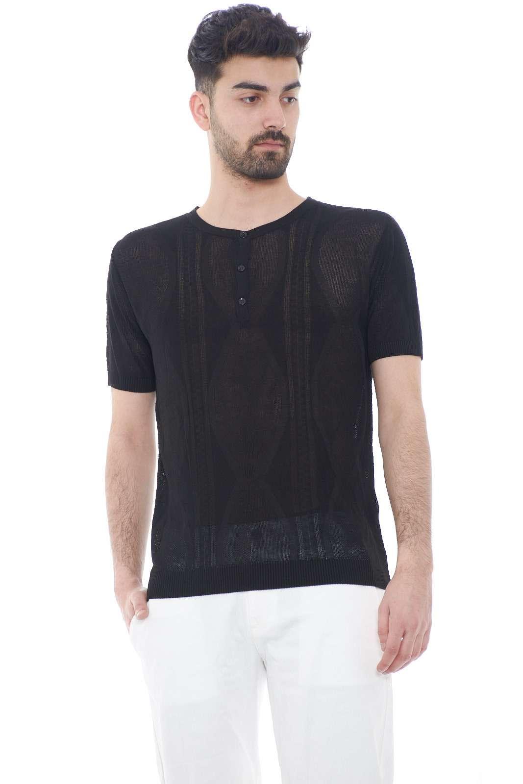 Una maglia con lavorazione intrecciata, quella proposta dalla collezione Adriano Langella. Caratterizzata dai dettagli intrecciati, da indossare nelle calde giornate estive. Da abbinare ad un bermuda, un jeans è un must have.