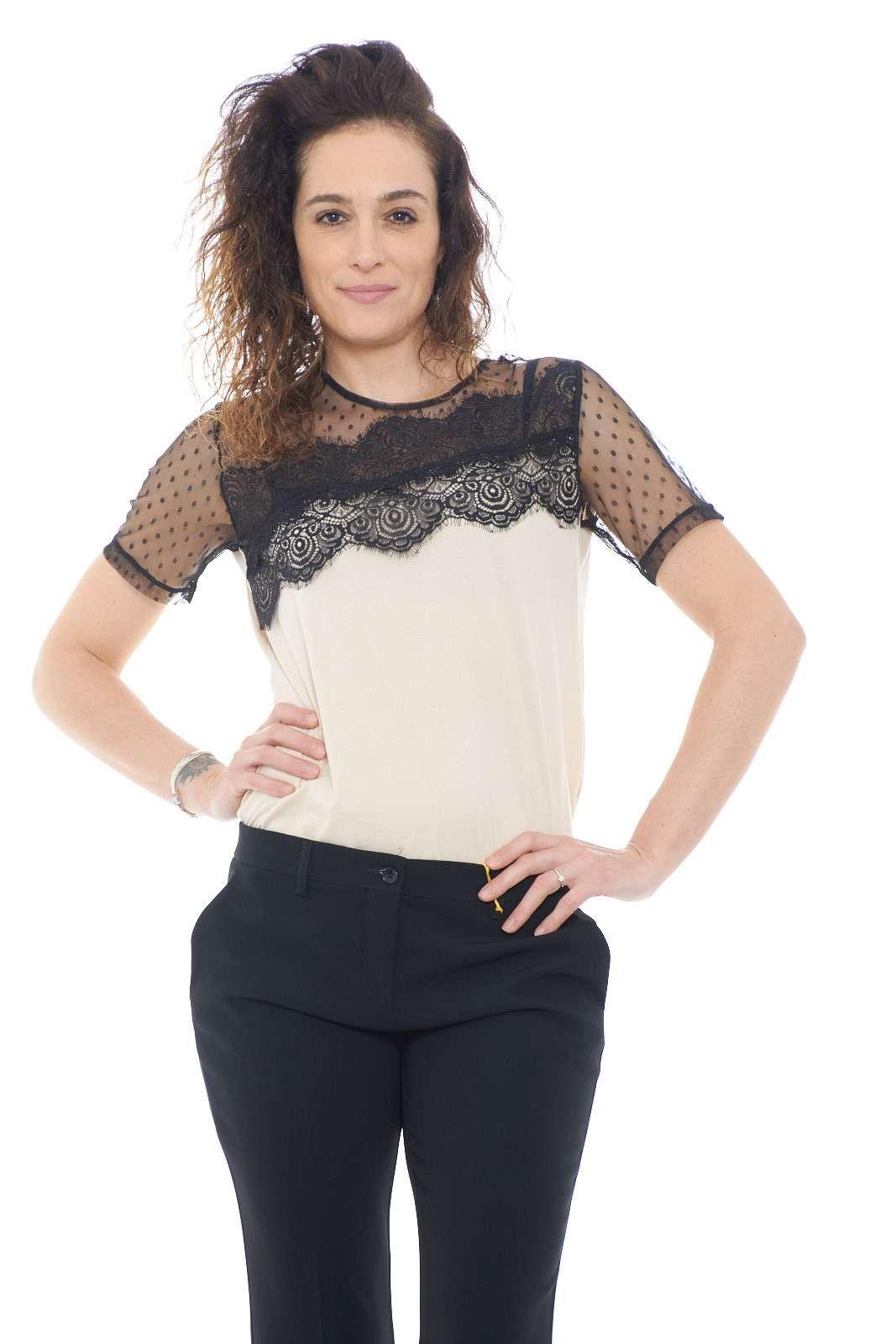 Una blusa con inserti in pizzo quella proposta da Blumarine. Da indossare nelle occasioni lavorative o nelle giornate quotidiane. Da abbinare ad un pantalone, un jeans è un must have.