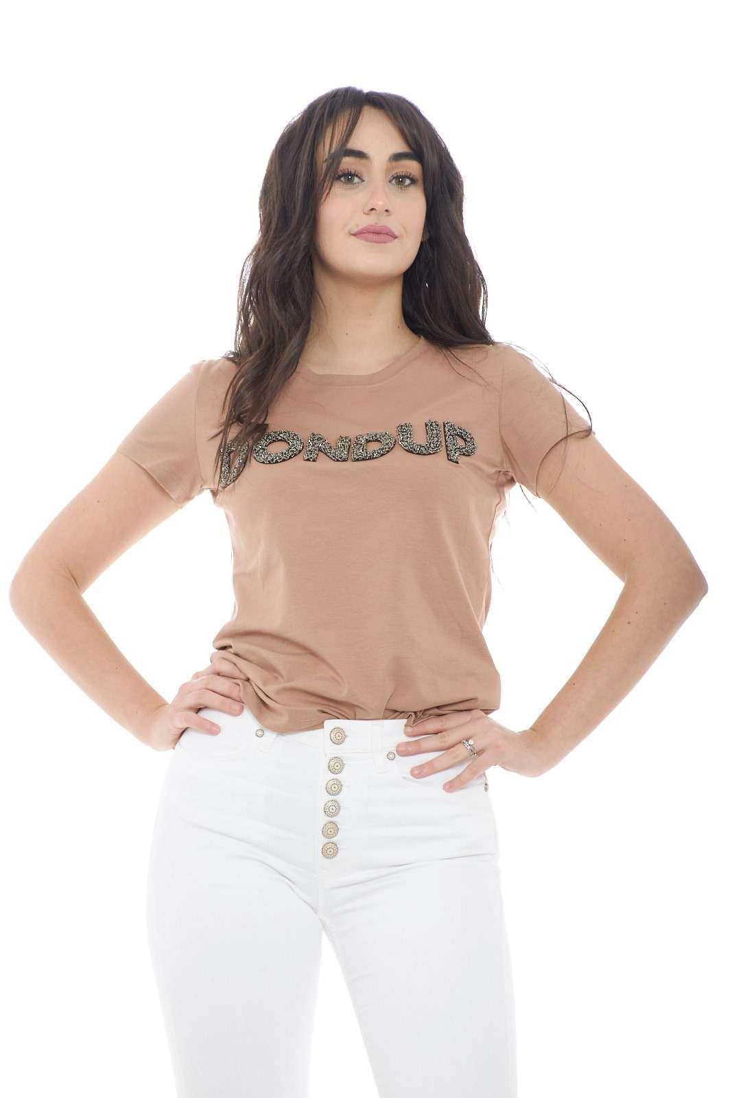 Scopri la nuova T shirt donna proposta dalla collezione Dondup. Un capo essenziale e dallo stile fashion si impone per il suo jersey di cotone e la stampa con paillettes sul davanti. Da indossare sia con jeans che con pantaloni è un capo evergreen.