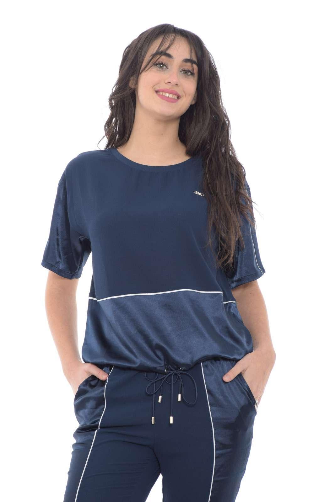 Una blusa dalla particolarità dei contrasti di tessuti per la collezione donna Liu Jo Sport. Caratterizzata da maniche corte e dalla coulisse sul fondo per regolare completa un look informale e glamour. Da abbinare con un jeans o con un pantalone sportivo è un capo comodo e versatile.