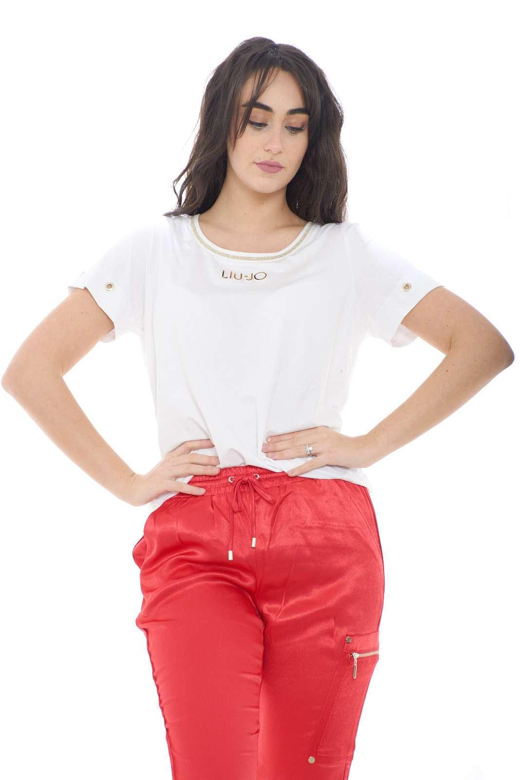 Scopri la nuova T shirt proposta dalla collezione donna Liu Jo Sport pensata per i look più casual. La linea semplice è caratterizzata dalla riga al collo rifinita con lurex, le borchie alle maniche e il logo del brand in rilievo. Adatta sia come sotto giacca che con una felpa aperta è un capo pratico e versatile