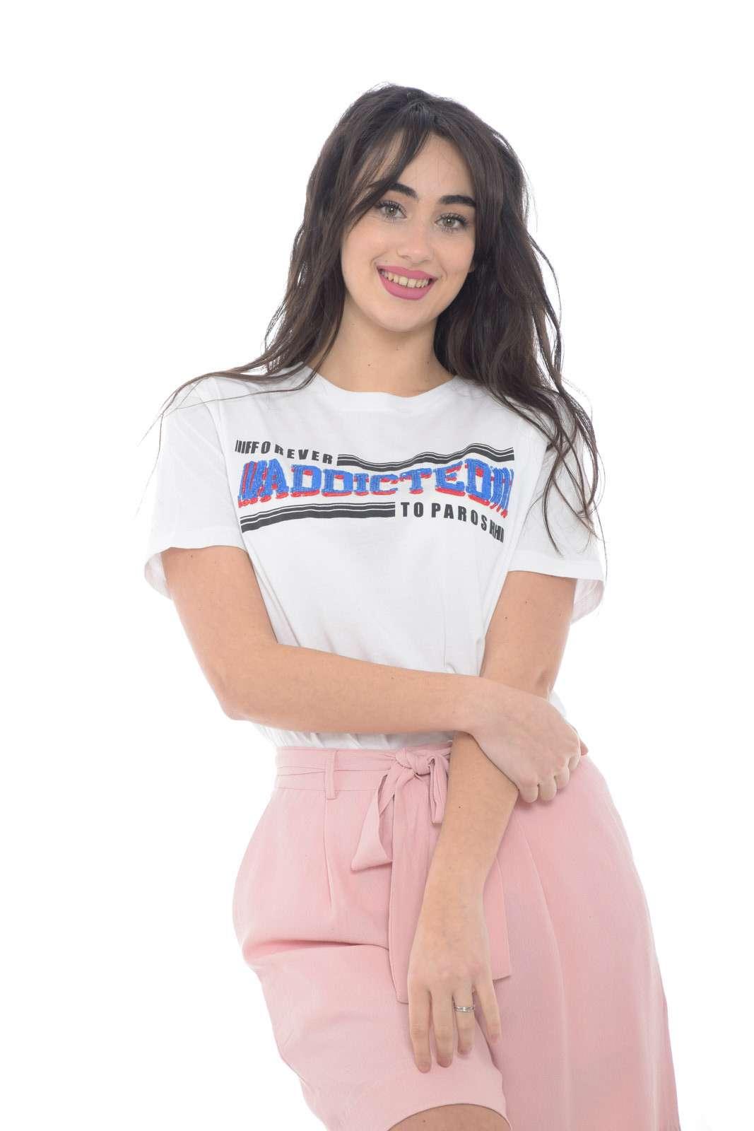 Un essential la T shirt donna firmata dalla nuova collezione Parosh. Da abbinare agli stili più glamour, si accompagna sia ad un paio di jeans che ad una gonna. Un capo essential della bella stagione.