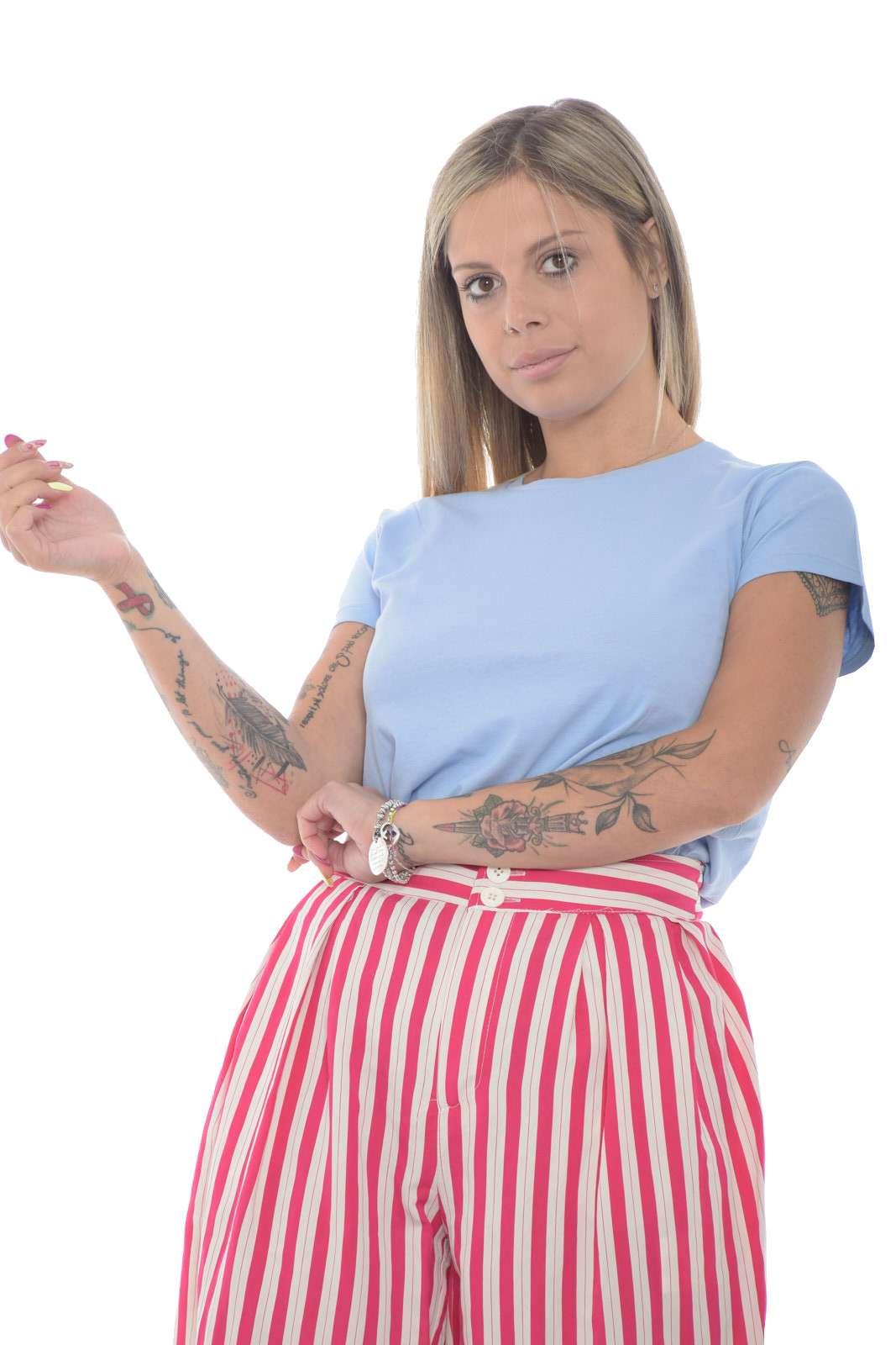 Una t shirt classica firmata Polo Ralph Lauren. Da indossare nelle uscite di tutti i giorni o nel tempo libera, grazie alla sua semplicità. Da abbinare ad un jeans, una gonna o uno short per look sempre più casual.