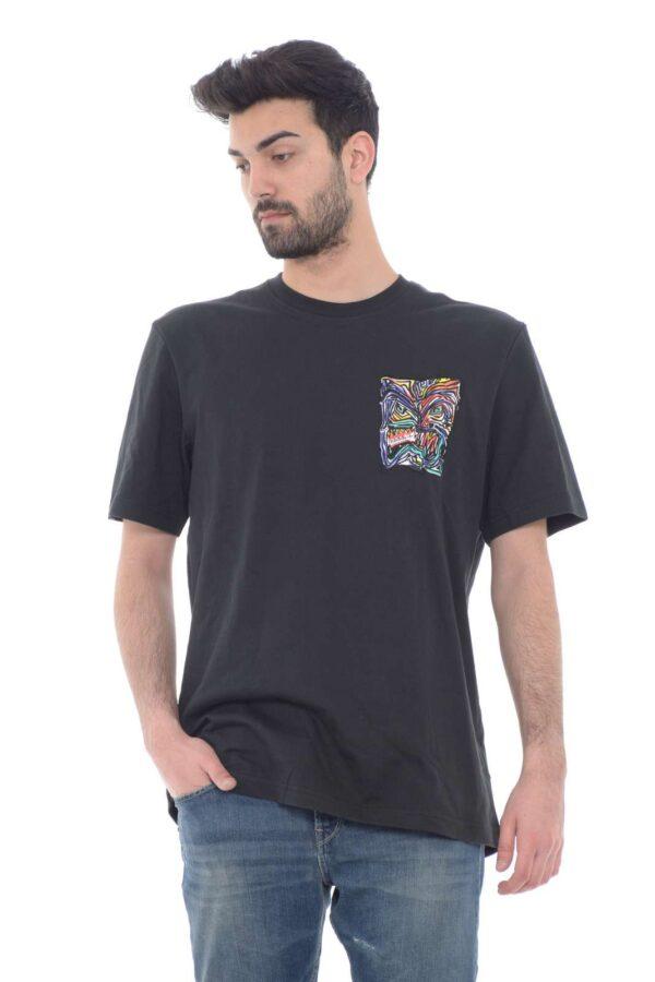 Trendy e affascinante la T shirt proposta dalla new collection uomo Adidas. Una vestibilità regolare dalla linea minimal resa unica dalla patch al petto colorata e ricamata. Un capo indispensabile per la stagione primavera estate da rendere unica sia con un jeans che con un bermuda.